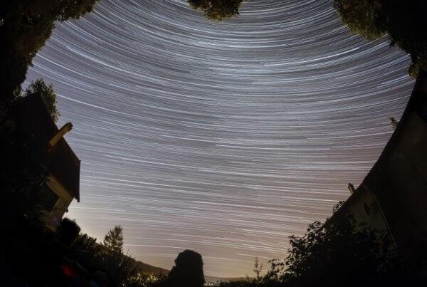 Filé d'étoiles dans le jardin
